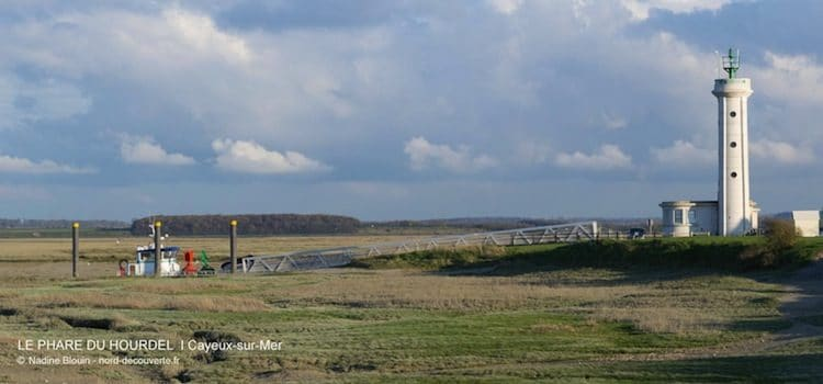 phare et bateau de pêche à la pointe du Hourdel en baie de Somme