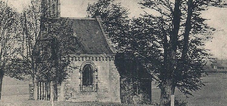 vue ancienne de la source miraculeuse Sainte-Isbergue et de la chapelle au milieu des champs