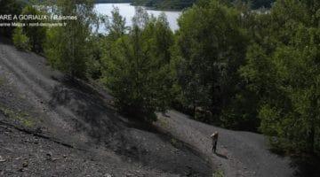 sentier de promenade sur le terril de la mare à Goriaux en arrière plan