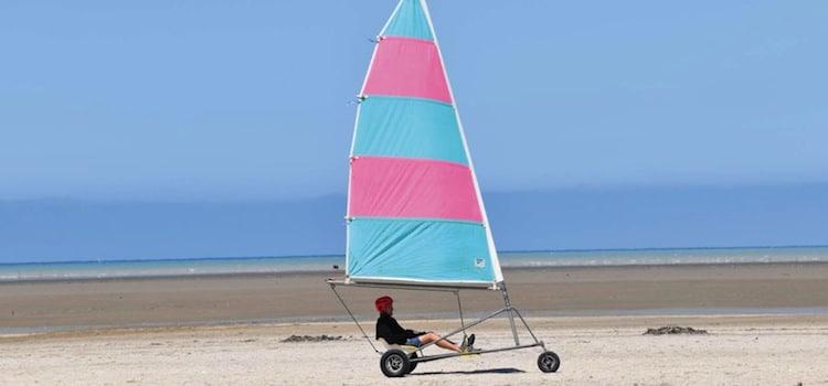 un char à voile sur la plage