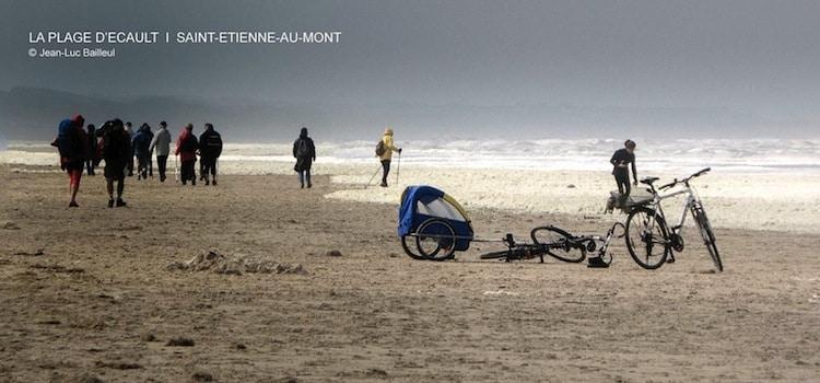 promeneurs et surfer sur la plage de Saint-Etienne-au-Mont