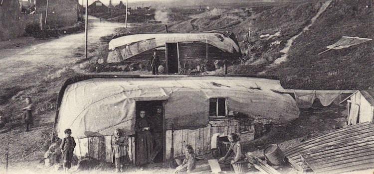 vue ancienne des habitations de pêcheurs les quilles en l'air à Equihen-Plage