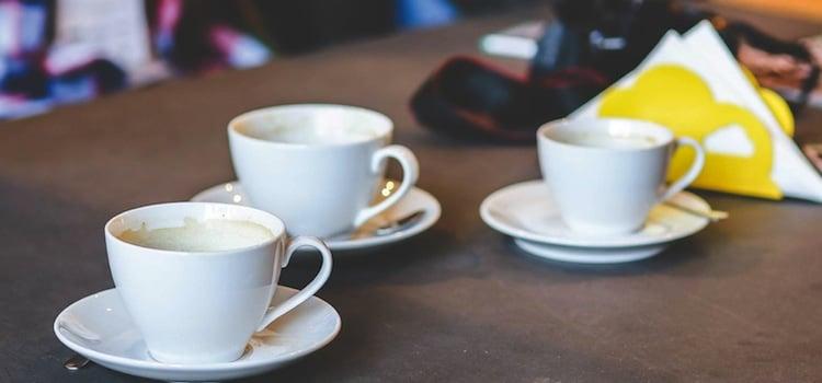 vue d'une table et tasses dans un café rando