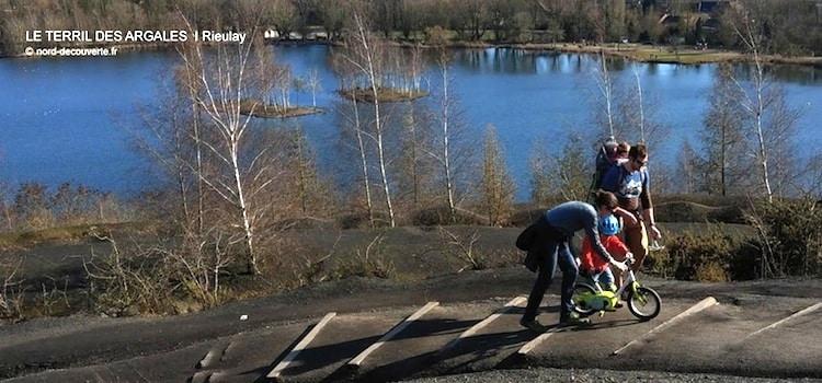 une famille et ses enfants se promenant sur le terril des Argales de Rieulay