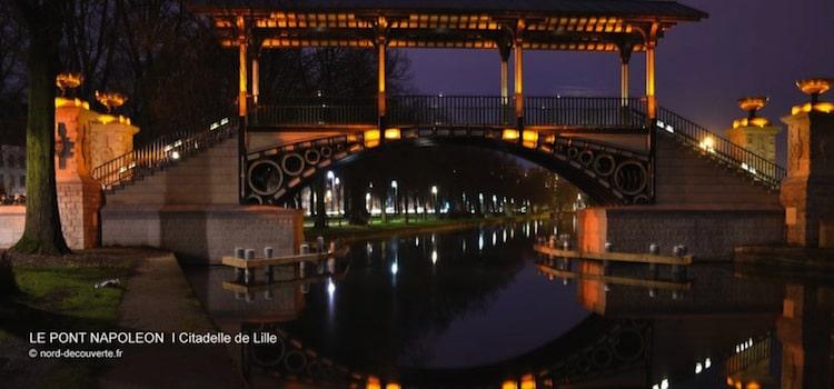 vue nocturne du pont Napoléon le long du canal de la citadelle de Lille