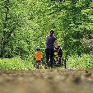 famille se promenant avec poussette à Bokrijk