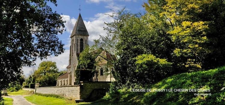 vue de l'église et du cimetiere du village troglodyte de Paissy
