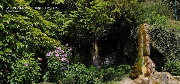 vue de la fa cascade de la fontaine pétrifiante du village troglodyte de Paissy