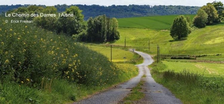 petite route de campagne à travers les coteaux du Chemin des Dames