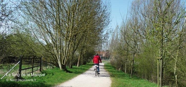 cycliste sur la voie verte et veloroute Paris-Roubaix le long de la Marque