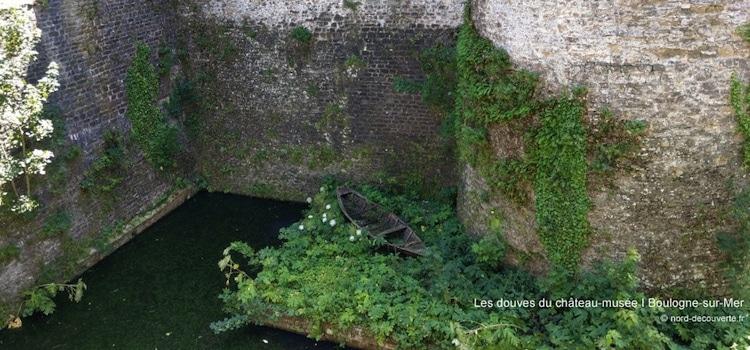 vue d'une vieille barque dans les douves du château musée de Boulogne-sur-Mer