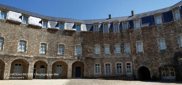 vue de la cour intérieur en cercle du château-musée de Boulogne-sur-Mer