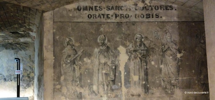 personnages peints sur les murs de la crypte de Boulogne-sur-Mer