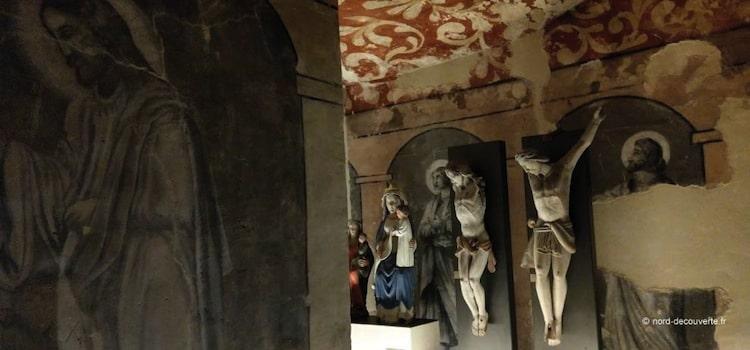 exposition de crucifix et statue de la Vierge dans la crypte de la basilique de Boulogne-sur-Mer
