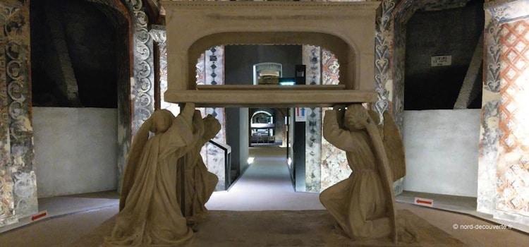 salle de la rotonde avec le tombeau de la Vierge vide porté par quatre anges
