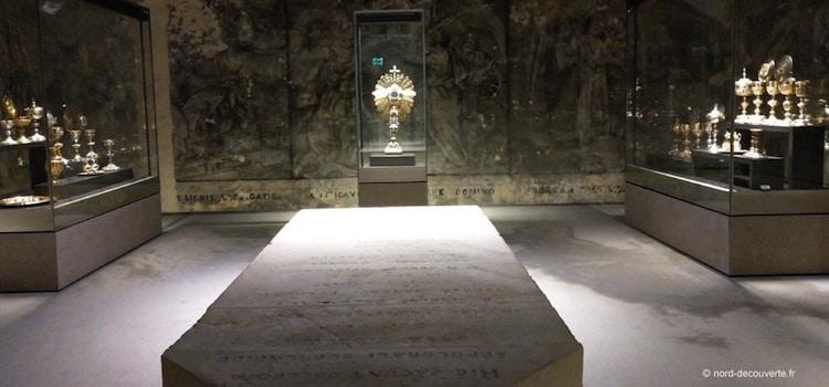 une des salles d'objets d'art sacré de la crypte de la basilique de Boulogne-sur-Mer