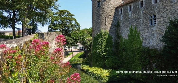 vue des douves et des remparts qui entourent le château-musée de Boulogne-sur-Mer
